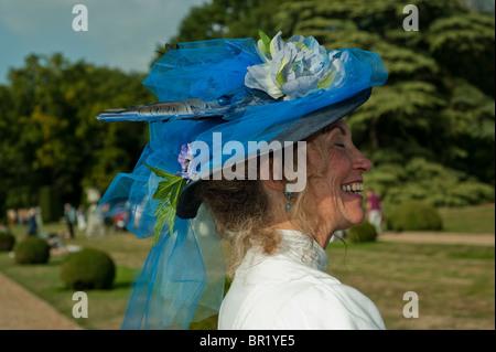 Donna in giardino, Francia - Chateau de Breteuil, Choisel, Profilo Victorian Age Donna vestita in tradizionale costume Foto Stock