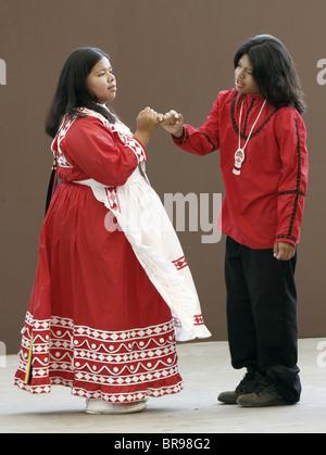 Una coppia di giovani indiani Chactaw eseguendo una danza nuziale durante l annuale tribù del sud-est del Festival.