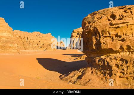 L'incantevole paesaggio offerto dal deserto di Wadi Rum, Giordania, Medio Oriente Foto Stock