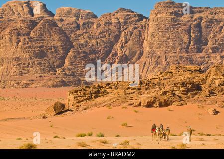 Camel caravan nello splendido scenario del deserto di Wadi Rum, Giordania, Medio Oriente Foto Stock