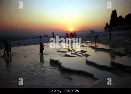 Tramonto in Turchia il principale minerale-bath spa a Pamukkale (Hierapolis), Turchia. Foto Stock