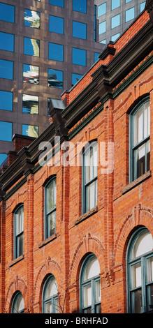 Vecchi e nuovi edifici nel centro cittadino di Toronto, Ontario, Canada Foto Stock