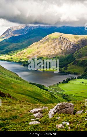 Vista su Buttermere & Crummock acqua dal percorso Haystacks, Parco Nazionale del Distretto dei Laghi, Cumbria, England, Regno Unito Foto Stock