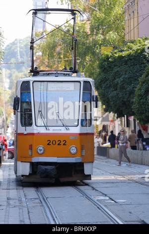 8bb9f49ff9 Tram giallo per le strade di Sofia, Bulgaria, la gente per strada in  background