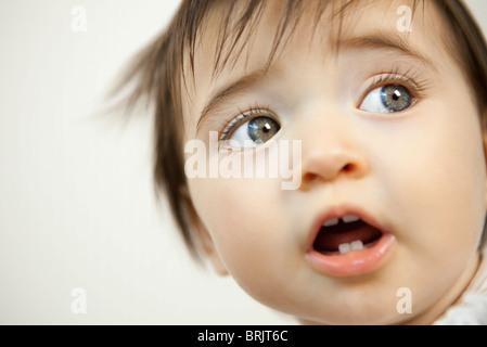 Il bambino che guarda lontano, ritratto Foto Stock