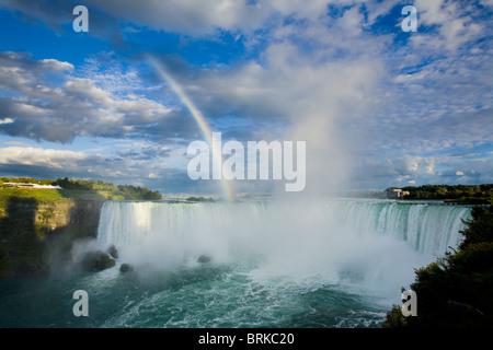 Rainbow e spettacolari nubi su Cascate Horseshoe, Niagara Falls, Ontario, Canada Foto Stock