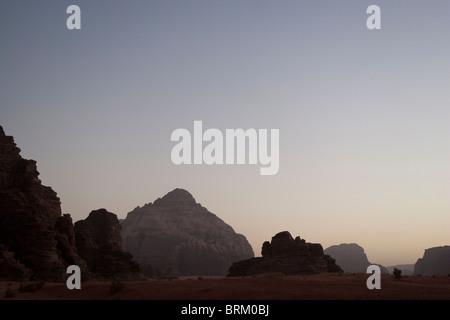 Tramonto, Wadi Rum, Giordania. Foto Stock