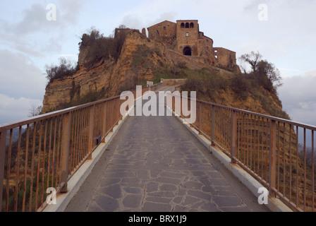 Civita di Bagnoregio vista dall accesso pedonale ponte.