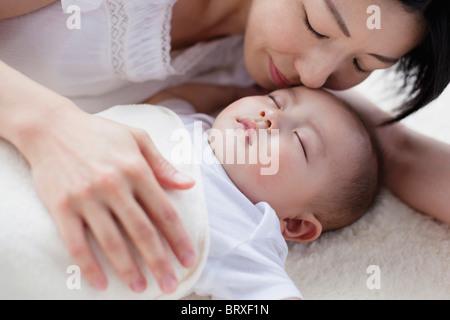 Azienda madre Sleeping Baby Boy dolcemente Foto Stock