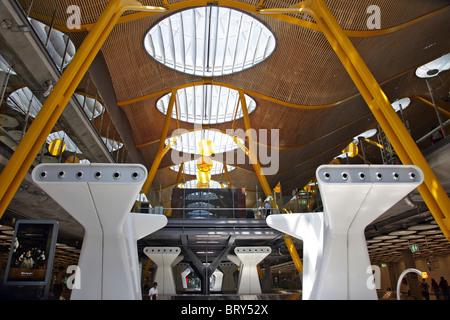 Dettagli architettonici del terminal 4 dell'aeroporto di Barajas, progettato dall'architetto Richard Rogers, Madrid, Spagna