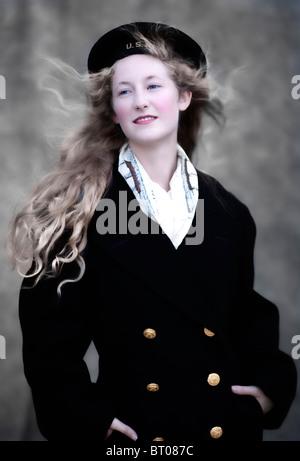 Donna bionda in abbigliamento nautico Foto Stock