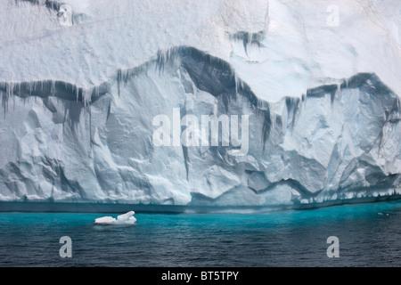 Grandi iceberg galleggianti vicino a Brown Bluff, punta settentrionale della penisola antartica. Foto Stock