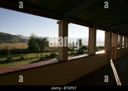 Una pittoresca vista dalla veranda di una vecchia casa colonica Foto Stock
