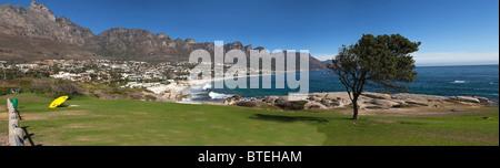 Una vista di Camps Bay sobborgo e spiaggia con i Dodici Apostoli in background. Foto Stock