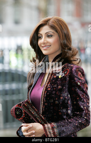 Shilpa Shetty Indian film attrice star di film di Bollywood indossa sherwani in velluto per il Commonwealth servizio Foto Stock