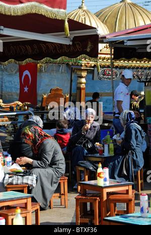 Bagno turco giovani donne che indossano abiti tradizionali - Istanbul bagno turco ...