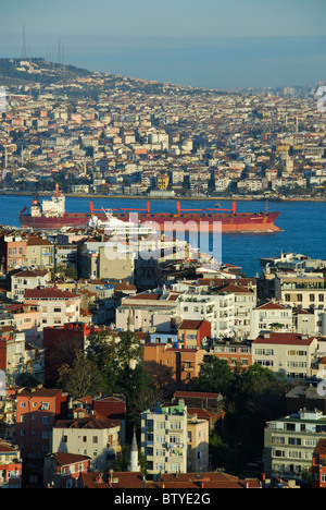 ISTANBUL, Turchia. Una vista del Bosforo, con la sponda Europea in primo piano e la sponda asiatica in distanza. Foto Stock