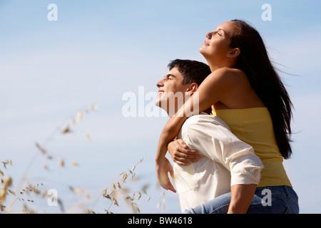 Ritratto di ragazza e ragazzo godendo giornata estiva all'aperto Foto Stock