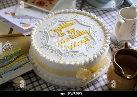 Golden Torta Di Nozze Per Festeggiare 50 Anni Di Matrimonio Foto