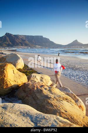 Vista della Table Mountain da Milnerton Beach, Città del Capo, Western Cape, Sud Africa Foto Stock