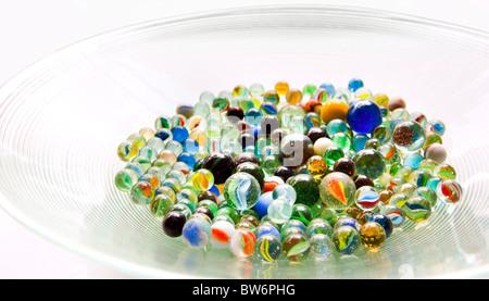 Vivacemente colorato marmo in diverse tonalità di colore in un luminoso ciotola di vetro Foto Stock
