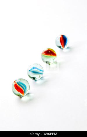 Vivacemente colorato marmo in diverse sfumature sul bianco lucido Foto Stock