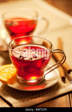 Invitante calda bevanda piccante con ingredienti Foto Stock