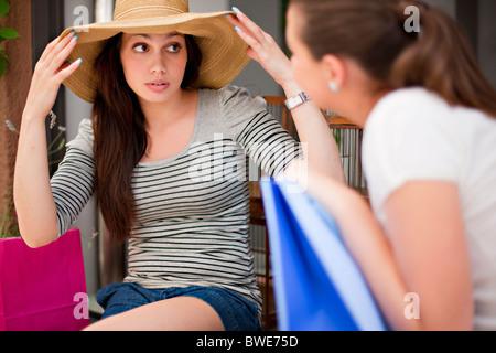 Giovani donne guardando shopping