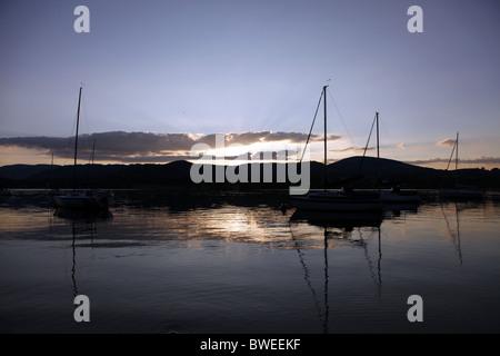 SILHOUETTE TRAMONTO ULLSWATER Cumbria Inghilterra Lake District Cumbria Inghilterra ULLSWATER Cumbria Inghilterra Foto Stock