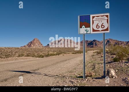Segno in Black Country Byway storica Route 66 (Oatman autostrada), le montagne nere nel deserto di Mojave vicino Foto Stock