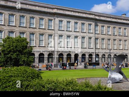 L'Irlanda County Dublin City antica biblioteca presso il Trinity College University di borsisti contenitore quadrato Foto Stock