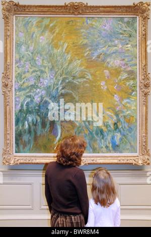 Madre e figlia guardando un Claude Monet pittura, Metropolitan Museum of Art di New York