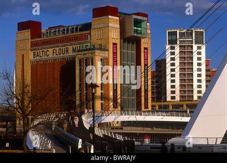 Una vista diurna di Gateshead Millennium Bridge e Baltici Centro per le Arti Contemporanee, Gateshead, Tyne and Foto Stock