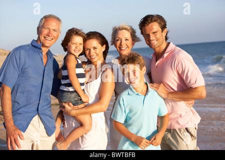 Ritratto, tre generazioni la famiglia in vacanza in spiaggia Foto Stock