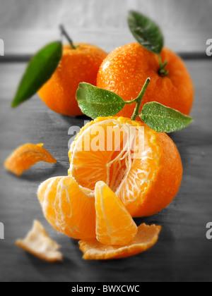 I mandarini freschi frutti con foglie. Foto Stock