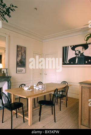 Pavimento in bianco nella grande sala da pranzo e for Sedie nere moderne