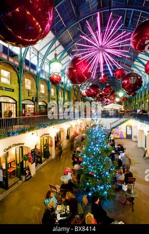 Il Covent garden è accesa durante la stagione di Natale 2010, London, Regno Unito