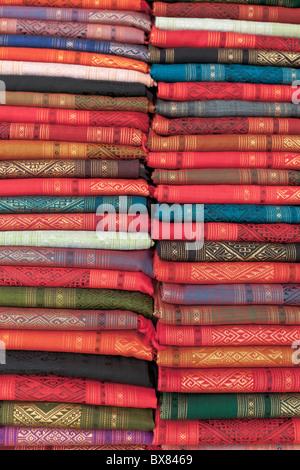 Colorati tessuti di seta sul display a un mercato in stallo a Luang Prabang, Laos Foto Stock
