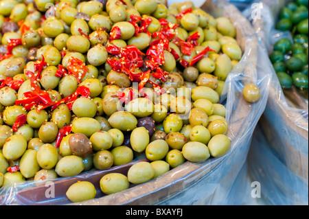 Olive verdi con piccante di peperoni rossi Foto Stock