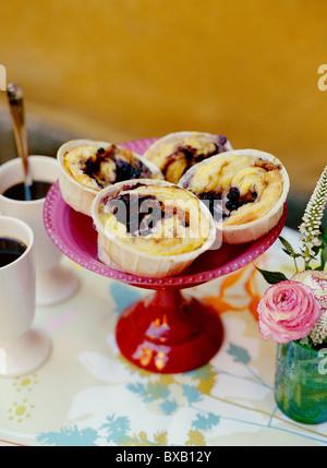 Ciambelle alla cannella su torta stand Foto Stock