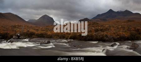 Le montagne Cuillin da Sligachan, Isola di Skye in Scozia Foto Stock