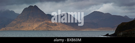 L'arco a sud delle montagne Cuillin da Elgol, Isola di Skye in Scozia Foto Stock