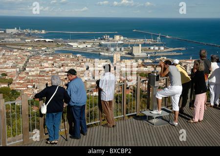 I turisti ammirando la vista su Sète dal Mont Saint-Clair Viewpoint, Sète, Francia Foto Stock