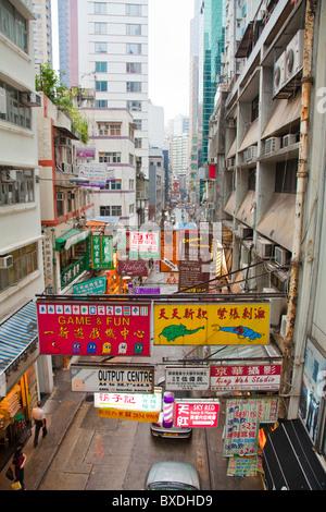 Tipica vista dal livello medio di elevatori vicino a Soho, hollywood road. Hong Kong, Cina, Asia Foto Stock