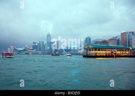 Il fantastico skyline di Hong Kong come visto da Kowloon. Imponenti strutture includono l'ormeggio Foto Stock