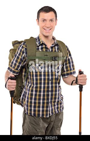 Uomo sorridente in sportswear con zaino e bastoni per escursioni Foto Stock