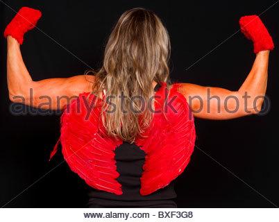Giovane donna dei capelli ondulati blonde studio shot Christmas party ha sottolineato lo stress dei muscoli armi Foto Stock