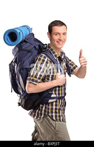 Un ritratto di un uomo in abbigliamento sportivo con zaino dando pollice in alto Foto Stock