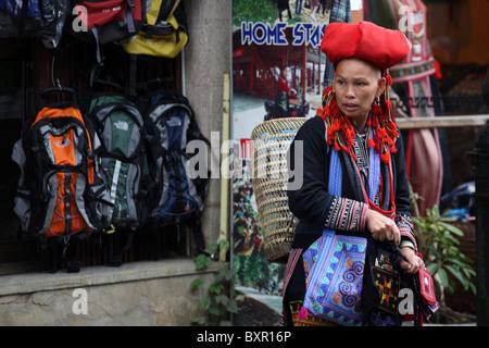 Red Zao minoranza etnica della tribù della collina lady camminando per le strade di Sapa, il Nord Vietnam Foto Stock