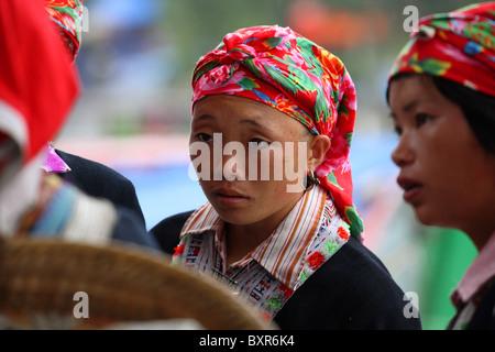 Red Zao donne tribali in chat con la sapa, il Vietnam del Nord Foto Stock